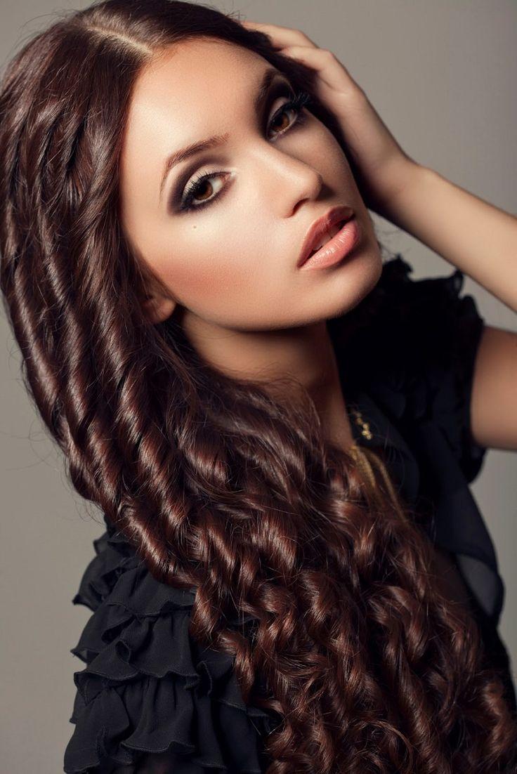 acconciatura capelli lunghi con dei boccoli e la riga in mezzo