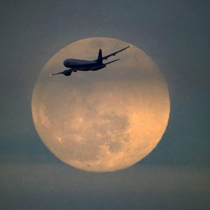 月を横切る777