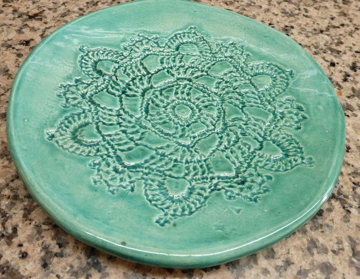 Plato redondo chico de cerámica. Estampado con crochet. Pintado con esmalte importado