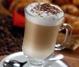 Coctel con Café:  2 tazas de leche  2 cucharaditas de chocolate rallado  2 cucharaditas de café instantáneo  4 cucharaditas de azúcar  1/2 taza de crema de leche batida  Canela en polvo    Se echa la leche en un recipiente y se calienta  a máxima temperatura durante un par de minutos hasta que esté caliente pero sin que empiece a hervir.    A continuación añadimos el chocolate y el azúcar y removemos. Añadimos el café instantáneo y seguimos removiendo.  Por último añadimos por encima la…