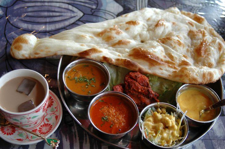 「インド料理」ナン、インドカレー3つ、サラダ、チャイ