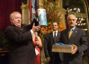 Archive Generaldirektor des OFID, Suleiman J. Al-Herbish überreicht Bürgermeister Dr. Michael Häupl eine Vase der irakischen Künstlerin Rima Al Juburi, Foto: media wien - Klicken Sie auf das Bild und Sie erhalten das Foto in Druckqualität (474 kB)