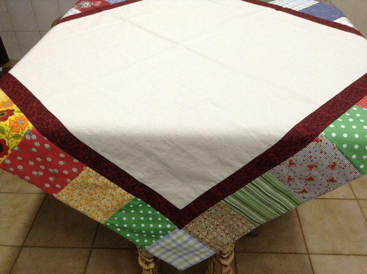 Toalha de mesa em algodão cru e retalhos coloridos em patchwork