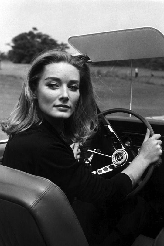 Daniela Bianchi alla guida di una Ford Mustang in Goldfinger, 1964.