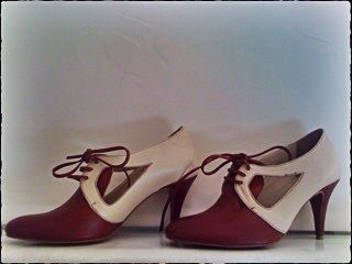 Derby leather shoes in burgundy and cream color. 8,5cm