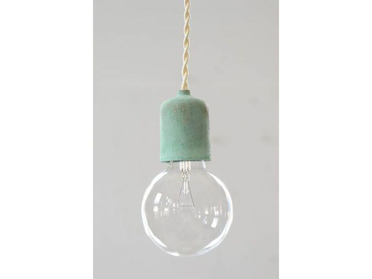 ソケットの素材にこだわった裸電球照明。ラインナップは亜鉛・アルミ・鉄・鉄サビ・真鍮・真鍮緑青・青銅・青銅緑青の8種類。