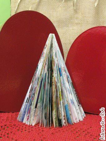 Vamos aprender uma técnica bem legal para criar uma Árvore de Natal apenas com revista. É bem legal!