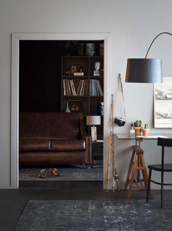 Factory-kirjahylly, Franklin-sohva, Urban xs -pöytävalaisin, Foscarini Twiggy floor -lattiavalaisin, Shaker-kirjoituspöytä, Birgit-tuoli.