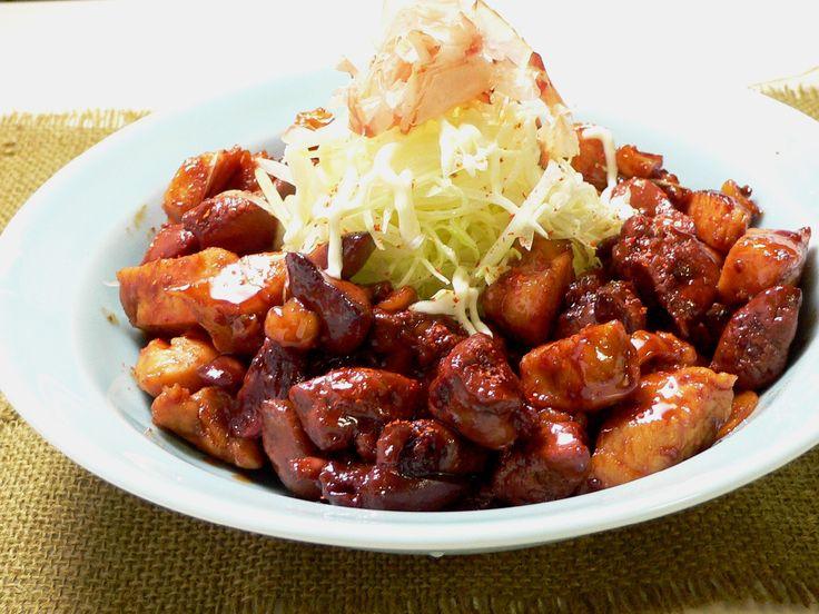 生の鳥もつを少なめの煮汁に入れて強火で煮詰め、とろりとなった煮汁をからめて、ツヤよく仕上げるのが「甲府名物鳥もつ煮」のレシピの特徴です。今日は、もつだけでなく胸肉も一緒に煮ました。