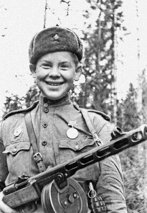 17-летний Саша Капустин с автоматом ППШ-41. Погиб в бою в 1943 году.