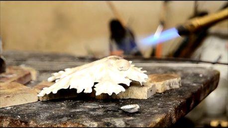 i piedini: due conchigliette in argento fuso saldate alla base
