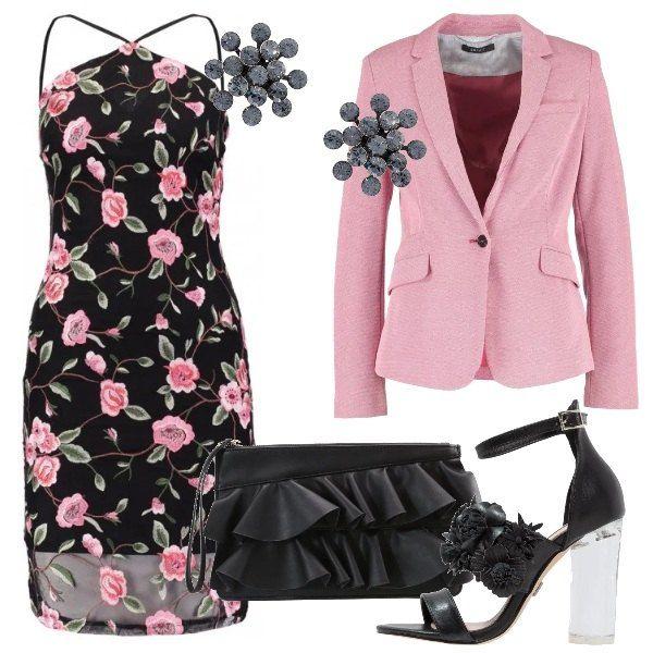 Vestito nero con stampa floreale, sottoveste e chiusura con zip sul retro, blazer rosa con un bottone, maniche lunghe, sandali con fiori applicati e tacco trasparente, pochette nera con rouches, in finta pelle con chiusura con zip, orecchini che richiamano la forma di fiori stilizzati.