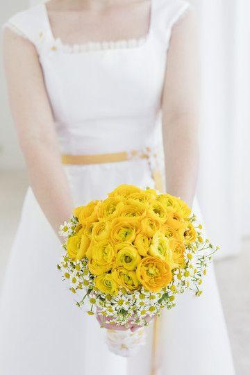 brautkleid kurz mit gelben details und gänseblümchen, carrée ausschnitt und breiten trägern, geraffter, glockig fallender rock und gelber brautstrauss mit ranunkeln