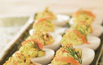 Uova ripiene al salmone - Le uova ripiene al salmone sono un antipasto sfizioso e particolare che potete servire per iniziare con raffinatezza un menù a base di pesce, oppure raddoppiando le dosi va benissimo anche come secondo piatto.