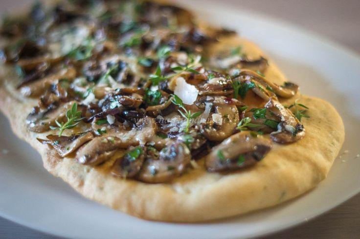 Platbrood met champignons, ui en tijm