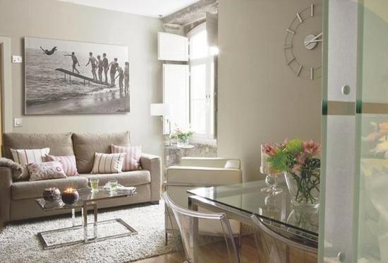 Una casa en menos de 50 m2 Así es este pequeño apartamento pontevedrés, en el que la unidad de colores y materiales y el aprovechamiento de las zonas de paso ha ayudado a ganar amplitud visual y luminosidad.