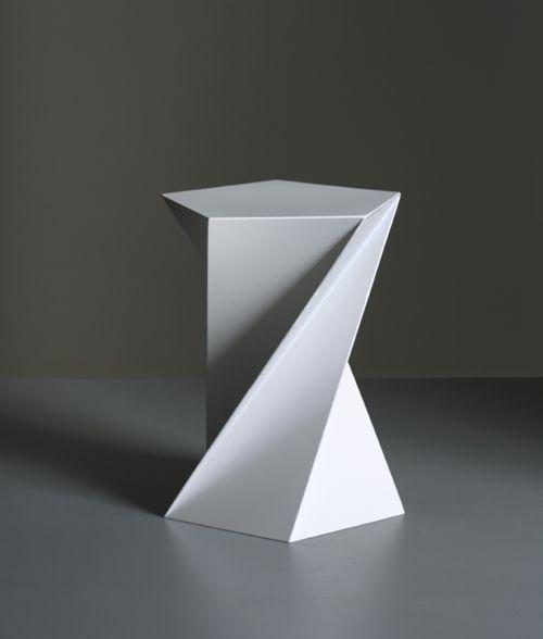 """""""おりがみチェアー"""" PHOTO: CATHARINA CAPRINO 椅子制作:SUSPRO ノルウェーを拠点に活動しているデザイナー高橋創による""""おりがみチェアー""""と""""おしぼりチェアー/サイドテーブル""""です。 以下の3枚の写真は、""""おしぼりチェアー/サイドテーブル""""です。 """"おしぼりチェアー/サイドテーブル"""" PHOTO: CATHARINA CAPRINO 椅子制作:SUSPRO 以下、デザイナーによるテキストです。 ****** 1992年にニューヨークに渡米、その後98年よりフリーランスデザイナーとしてグラフィックデザイン、ウインドウディスプレー、ファイアーツ、プロダクトデザインだけにとどまらず、自作によるエレクトロニックミュージックのアルバムを3枚リリースするなど様々分野で活動をはじめる。2006年からノルウェーのオスローに在住。英国ロンドン・ブリックレーンで行われたプロダクトデザインの展示会100%ノルウェーではノルウェーを代表する建築事務所スノーヘッタとのコラボレーション展示にて好評を得た。本年度2008年のロンドン・デザイナーズ・ブロックでの..."""