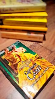 Tradycyjnie już urlop zaczynam książką, która ma mnie nastroić słonecznie i wesoło czyli wypoczynkowo, a ponieważ nie miałam ochoty na ryzyko zatem sięgnęła po już sprawdzoną powieściopisarkę. Efekt był taki, że nie tylko się nie zawiodłam, ale po raz kolejny z przyjemnością przeczytałam romans historyczny w mojej już ulubionej arystokratycznej ramie. No i jak to zazwyczaj bywa w powieściach Pani Candace Camp otrzymałam kilka miłych niespodzianek...