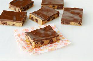 Le beurre d'arachide et le chocolat... un mariage de saveurs dont tout le monde raffole! Composée de seulement deux ingrédients, cette recette de barres-biscuits est on ne peut plus à réaliser!