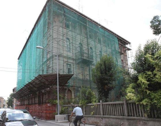 Il primo 'grattacielo' di Monfalcone edificato nel 1851 definito 'Casa Mazzoli' in via S.Giovanni Bosco, 32 a Monfalcone.