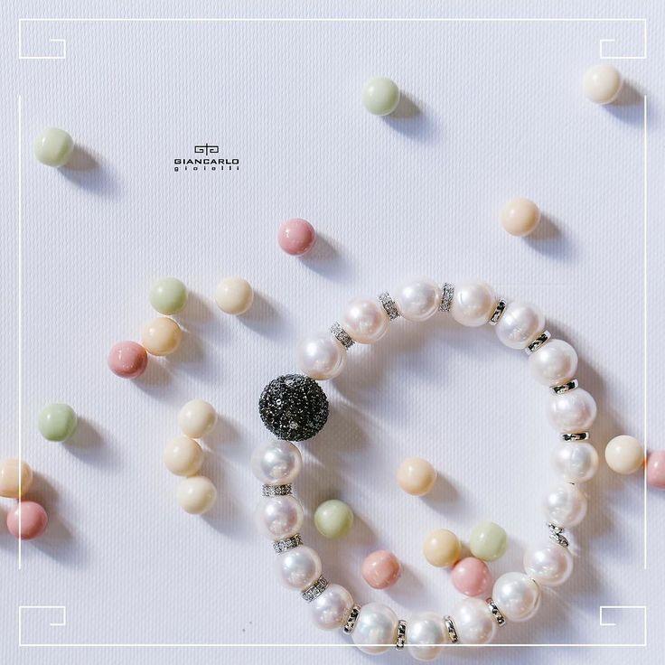 Классический и элегантный браслет из жемчуга украшенный черными и белыми бриллиантами станет замечательным акцентом на изящной женской руке. Такой браслет идеально подойдет как к вечернему наряду так и к повседневной одежде. Особенно привлекательно этот браслет будет смотреться с маленьким черным платьем.  Белое золото вес - 1201 гр. проба - 750 Белые бриллианты вес - 094 карат/92  шт. Черные бриллианты вес - 400 карат/185  шт. Жемчуг вес - 115/ 18 шт.  #jewellery #gold #bracelet #diamonds…