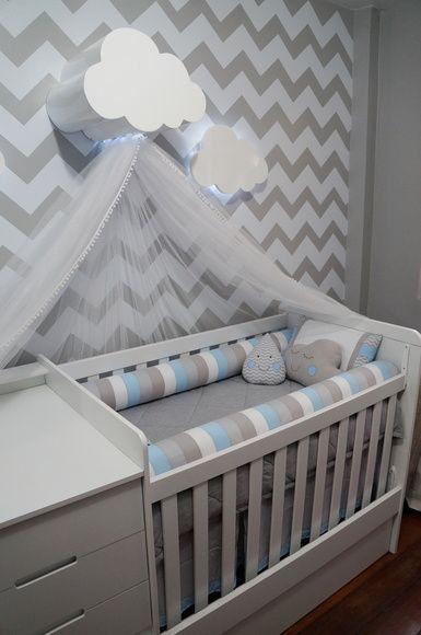 Babybedje tegen de muur, met erboven een wolkje waarin de hemel wordt vastgemaakt