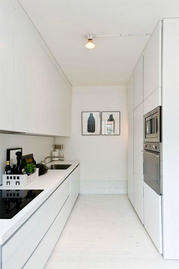 Een kleine keuken kan ook een droomkeuken zijn. Gebruik de hoogte en plaats keukenkastjes van vloer tot plafond. Met greeploze deuren blijft de keuken rustig voor het oog.