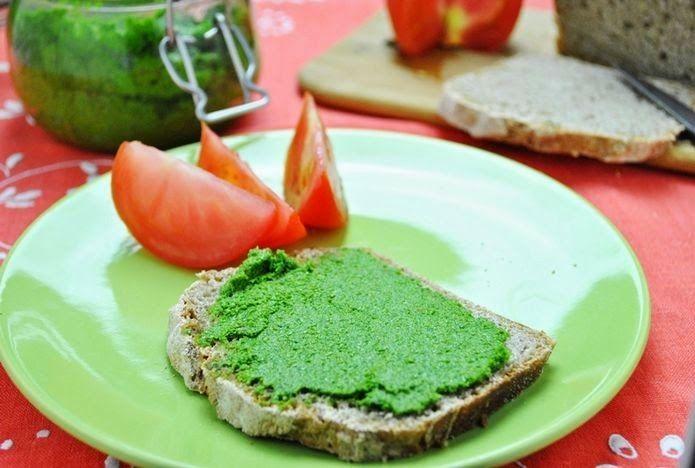 Вкусное песто из петрушки и подсолнечных семечек