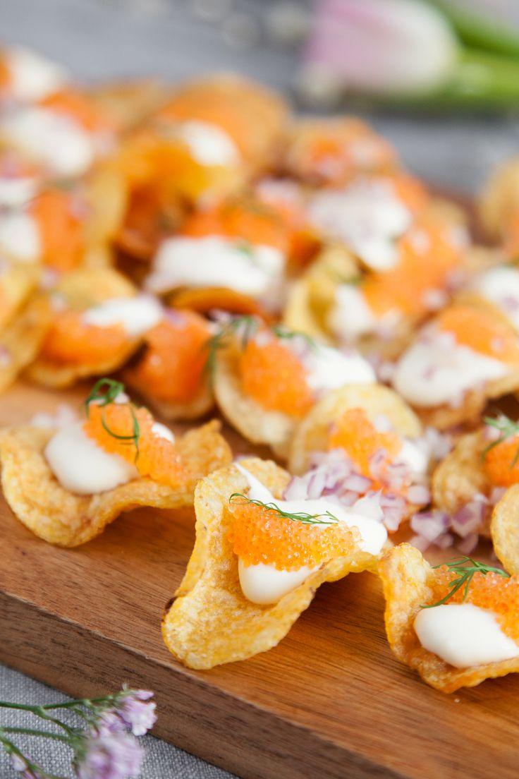 Perfekt plockmat, och ett trevligt inslag på buffébordet! Salta chips toppade med löjrom och syrlig crème fraîche, riktigt god mingelmat! #recipe #easter #påsk #buffé #mingelmat