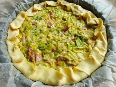 La quiche allo speck e porri è una soffice torta salata realizzata con un gustoso ripieno che la rende estremamente appetitosa.