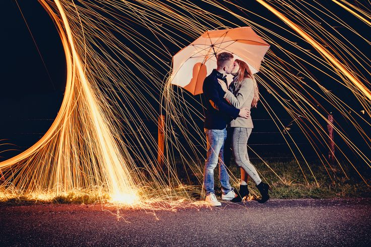 Happy couple at love shoot with burning steel wool. #loveshoot #staalwol Made by Nanda Zee (FOTOZEE)