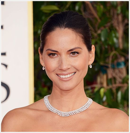 Olivia Munn dazzling in her Chopard diamond statement necklace at the 2013 Golden Globe Awards!
