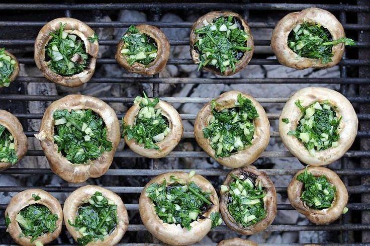 Grill przepisy - jak zrobić pieczarki nadziewane czosnkiem i pietruszką z grilla? Podajemy dobry przepis
