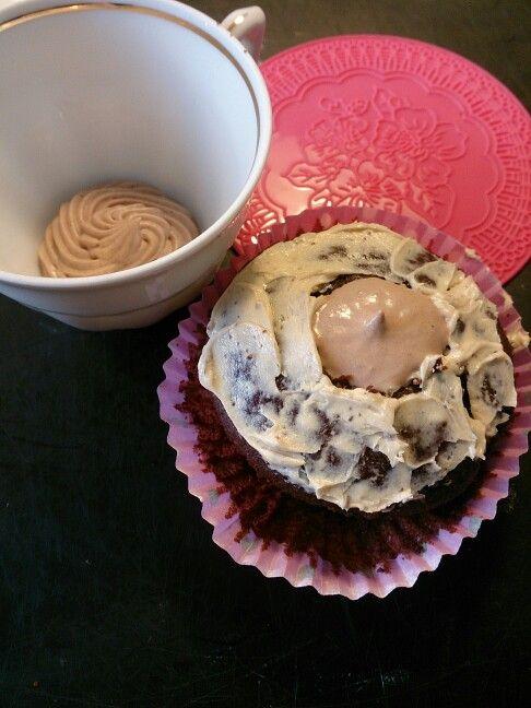 Blivande Prinsess cupcakes med amerikanska chokladmuffins. Fyllning chokladfluff och kaffe smörkräm. Toppat med rosa marsipanlock dekorerad med prinsesskrona av sockerpasta och kristyrprickar