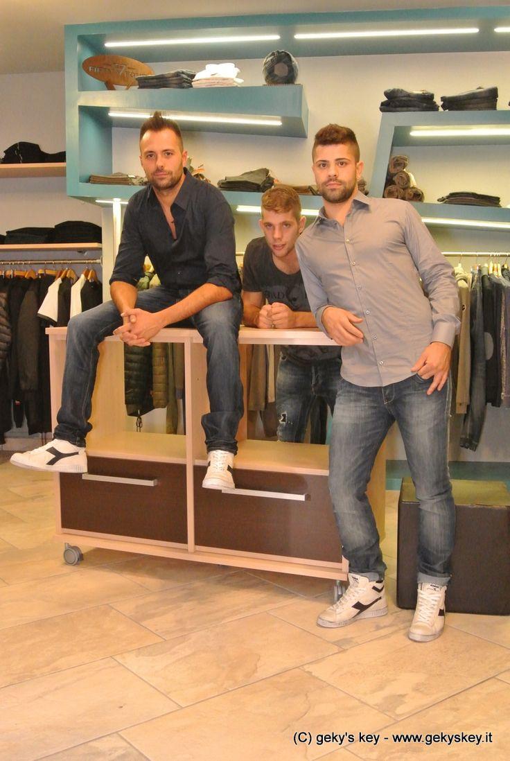 Camicie: Reservado Jeans: Fifty Four Scarpe: Diadora www.gekyskey.it