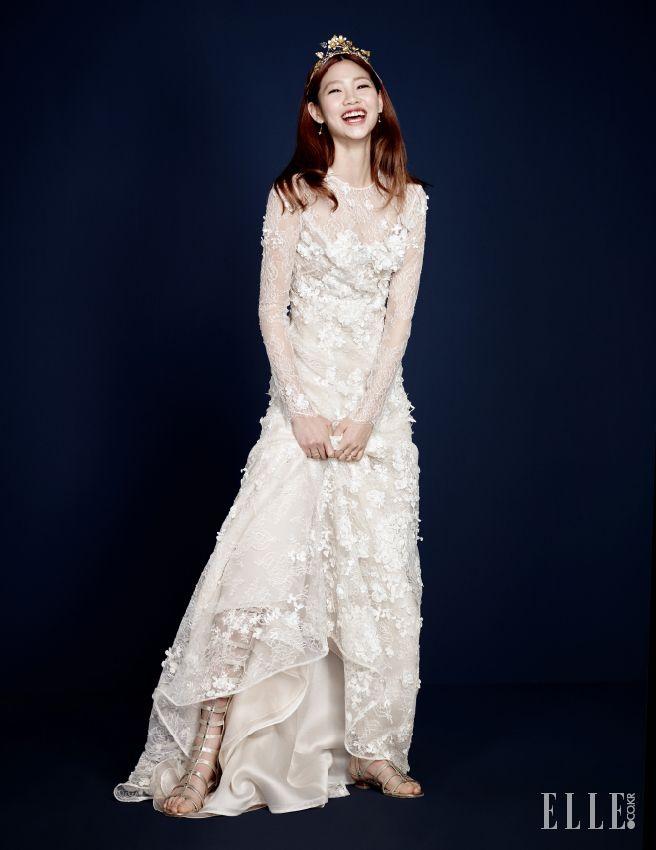 플라워 모티프의 장식이 돋보이는 드레스는 Angel Sanchez by Beyond the Dress. 골드 티아라 The Queen Lounge. 드롭형 이어링과 양손에 착용한 링은 모두 Stonehenge. 글래디에이터 슈즈는 Stuart Weitzman.