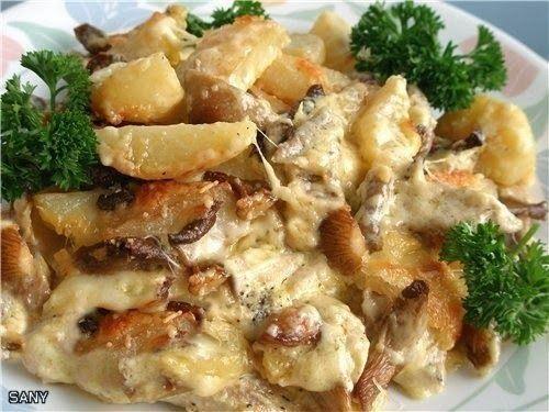 """Куриное филе """"Гурмет"""": -2 куриные грудинки (филе) -3-4 средней картошки -2 ст.л майонеза -2 ч.л горчицы -3 зубочка раздавленного чеснока (через давилку) -150 г сливок -Соль, перец -100 г моцарелла, натереть -2 ст.л пармезана -100 г сухих грибов (у меня были устричные грибы)"""