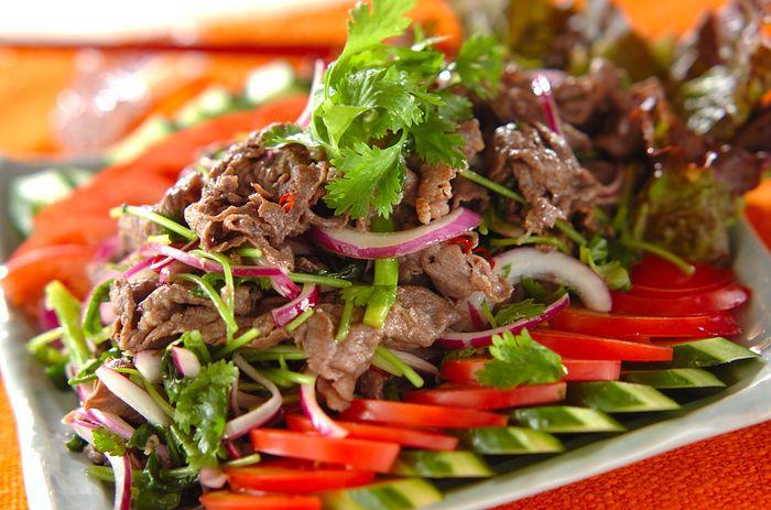 彩りも味付けも、夏にぴったりのアジアンテイストなサラダです。唐辛子の刺激は、パクチーや紫玉ねぎのように香りの強い食材にも負けない存在感です。
