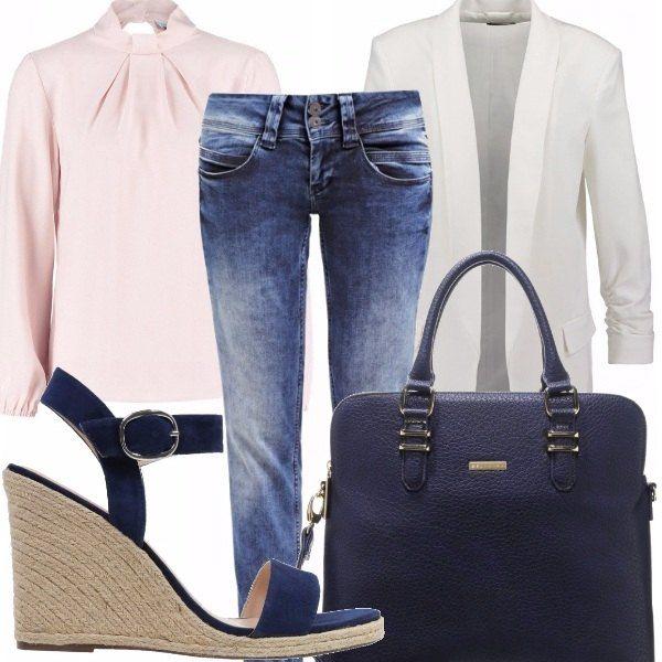 Un look perfetto per l'ufficio, comodo ma anche raffinato: blazer bianco da portare con camicia rosa confetto con pences. Sotto ci mettiamo dei denim skinny per rendere il tutto più easy. Comode zeppe blu e ventiquattrore completano il tutto. Ecco a voi la più stilosa dell'ufficio.