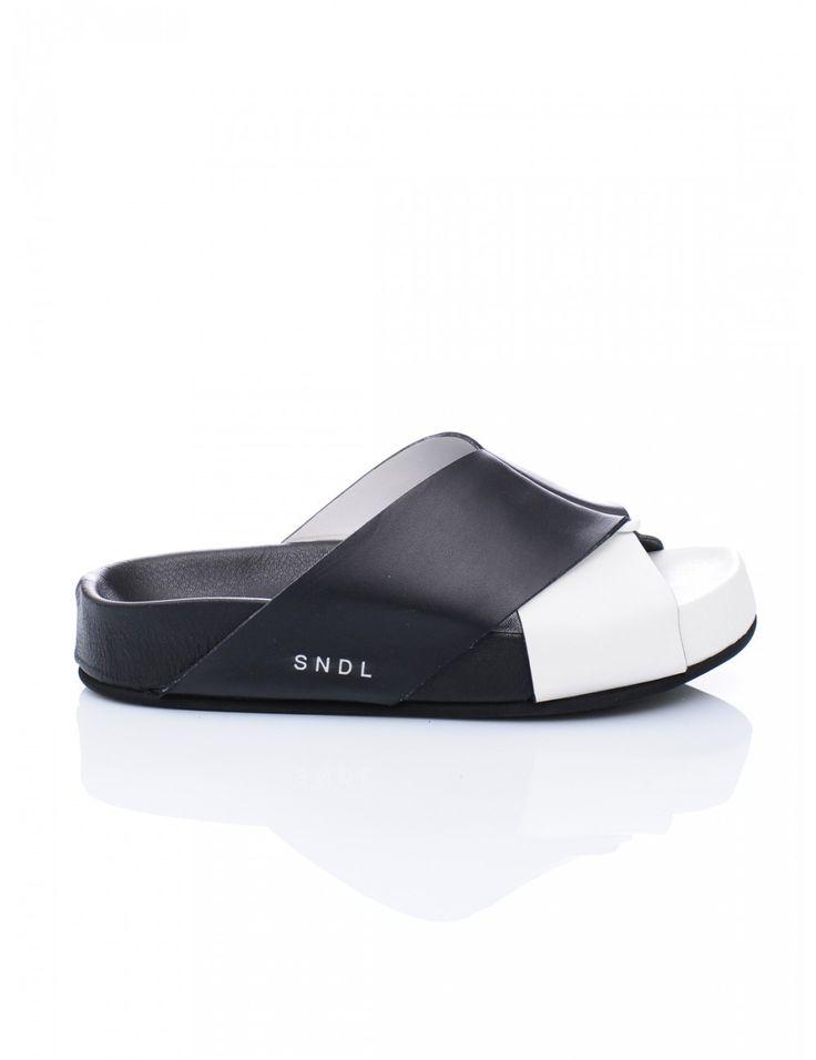 SANDALO DONNA VITELLO - Caneppele #Caneppele #trento #sandal #blacksandal #ss2016 @leathercrown  #italy #trendyshoes #blackandwhite