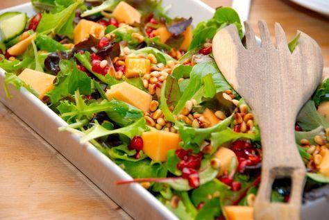 Den bedste melonsalat, der er salat med melon, pinjerkerner, granatæblekerner, agurk og en grøn salat. Dryppes med citronsaft og olie. Til denne lækre salat med melon skal du bruge: 100 gram Napoli…