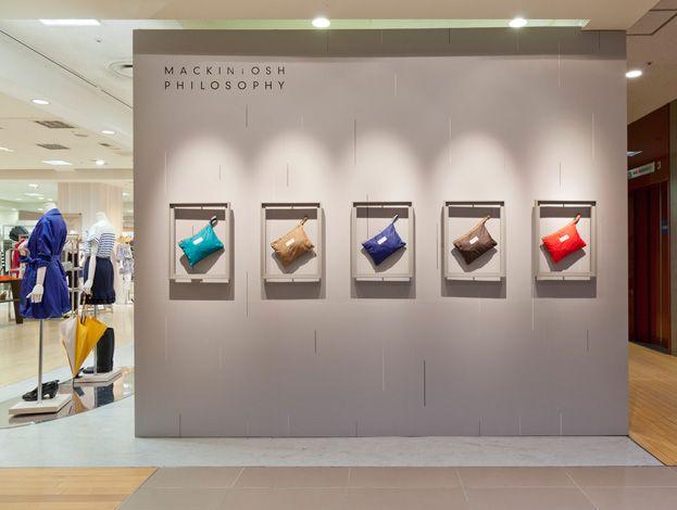 RAINING IN LONDON | Tokyo 06.2011 wall display Yksittäisen tuotteen esillepano on helppoa toteuttaa