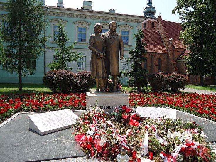 Plik:Pomnik Lecha i Marii Kaczyńskich w Radomiu.JPG