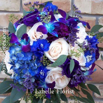 Bouquet con orquídeas azul púrpura, hortensias azules, rosas pastel, siemprevivas tonos morados y azules