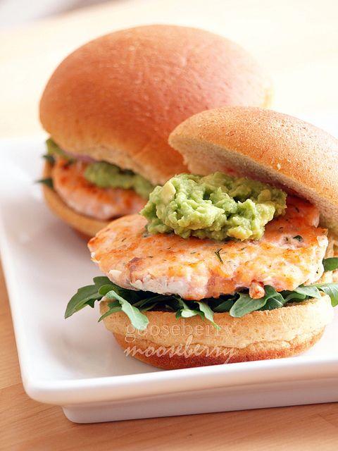 Hamburger au saumon et à l'avocat une brioche couper en deux faire griller le saumon avec de l'herbe de Provence ail citron huile d'olive avec de la purée d'avocat avec une tranche de salade verte