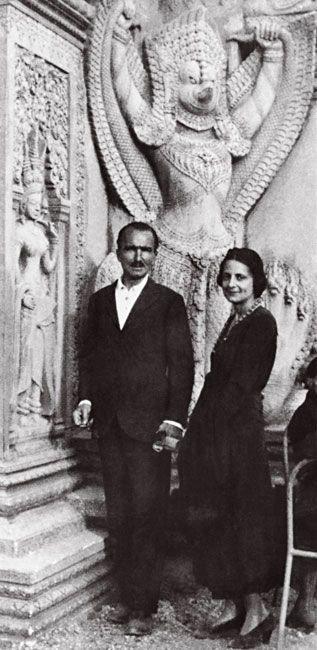 Ο Νίκος Καζαντζάκης με την Ελένη Σαμίου (μετέπειτα Ελένη Ν. Καζαντζάκη) στην Αποικιακή Έκθεση στο Παρίσι. Ιούνιος 1931. (Φωτογραφία Παντελή Πρεβελάκη)