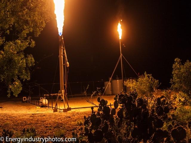 """Comme un dragon dans la nuit... Torchage (""""flaring"""") de puits de gaz de schiste dans la région d'Eagle Ford (Texas)."""