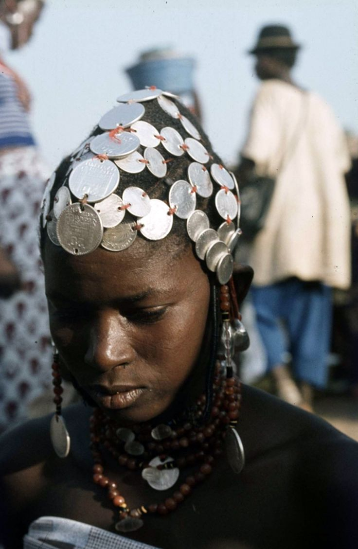 Africa | Fulani woman with silver French franc and silver Thaler coins adorning her hair. ca. 1980, photo most probably taken in Ouargaye, Burkina Faso | ©Dr. J.T. (Johan Theodorus) Broekhuijse