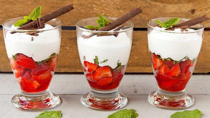 In de kijker: Aardbeien met romige Amaretto-munt crème | VTM Koken