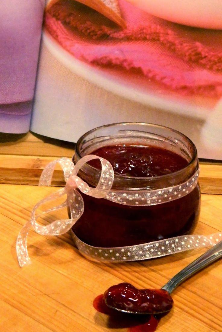 Confiture sans pectine... Fantastique; elle est vraiment très très bonne ;)   Confitures de fraises et canneberges au vinaigre balsamiqu...